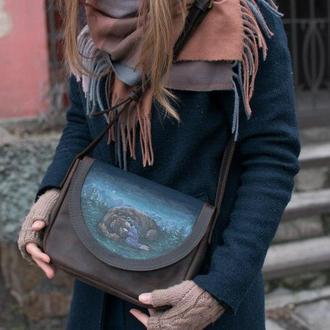 Коричневая кожаная сумка через плечо с ручной росписью девочка с медведем