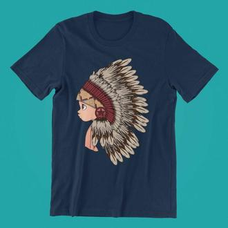 Футболка с принтом Мальчик в головном уборе индейцев