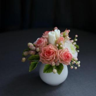 Подарочная композиция с цветами.