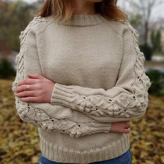 Вязаный свитер с ажурными рукавами