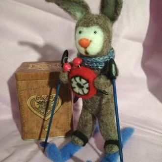 Пунктуальный заец (войлочная игрушка)