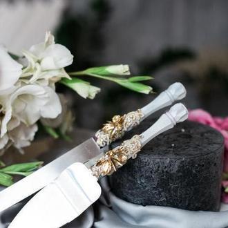 Приборы для свадебного торта Кружевная вуаль. Нож и лопатка в белом цвете с декором