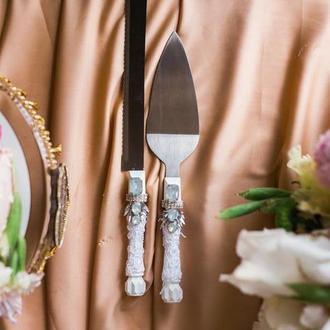 Приборы для свадебного торта лунный камень. Нож и лопатка в белом цвете с декором из страз