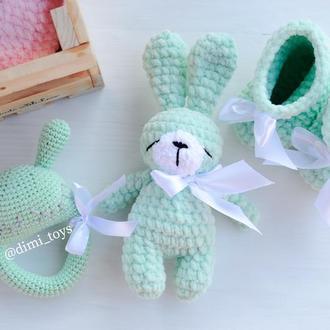 Набор для новорожденного малыша (пинетки,погремушка,игрушка зайка )