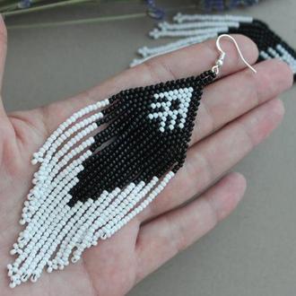 Черно-белые серьги из бисера, украшения из бисера на заказ. Длинные сережки на лето