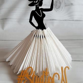 """Салфетница """"Девушка в шляпе"""" из дерева в пышном платье из салфеток 24х12 см"""