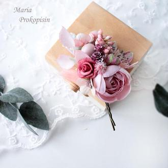 Заколка-невидимка с цветами в пудровому цвету.