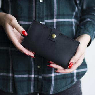 Стильный кошелек изготовлен из натуральной кожи черный