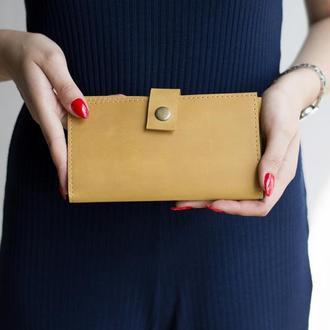 Стильный кошелек изготовлен из натуральной кожи желтый