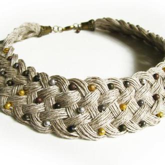 Плетеные бусы из льна с металлическими бусинами