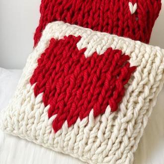 Вязаная декоративная подушка с сердцем - идея подарка на День всех влюбленных.