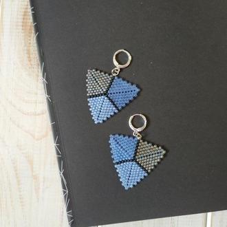 Сережки из матового бисера. Синие треугольники. Подарок девушке на День влюбленных. Сережки з бісеру