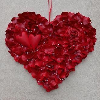 Красное сердце из лепестков роз - декор ко дню Валенина, свадьбы