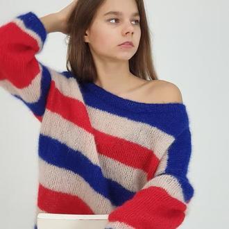 Мохеровый свитер в полоску с широкой горловиной, открывающая плече. Очень красивый и мягкий