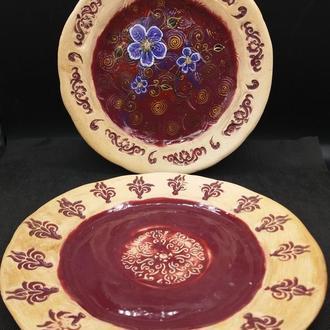 Керамические тарелки с росписью.