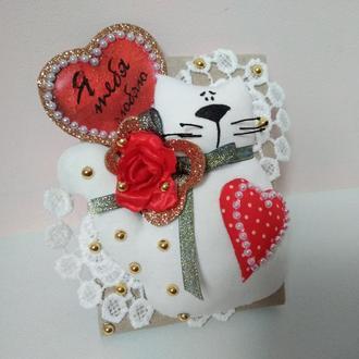 Открытка на День святого Валентина с белым  котом