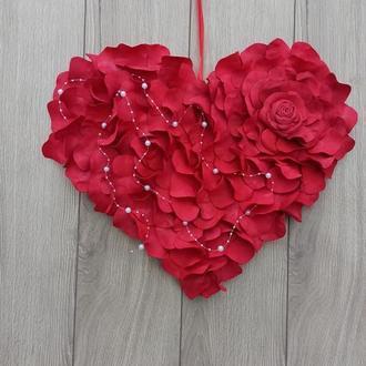 Красное сердце из лепестков роз - декор на дверь, стену, витрину к дню Святого Валентина и свадеб