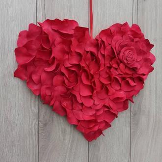 Серце з червоних пелюстків троянд до дня святого Валентина або весілля
