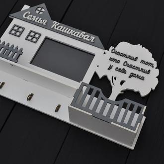 Фамильная деревянная настенная ключница в виде дома бело-серого цвета с полочкой и фоторамкой