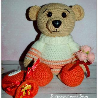 Медвежонок с букетом и конфетами в рюкзаке