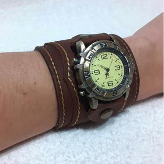 Наручные часы с широким кожаным ремешком. Кожаный браслет.