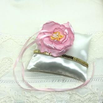 Атласная подушка для обручальных колец с цветком