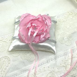 атласная подушечка для свадьбы под кольца с цветком розового цвета