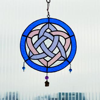 Витражная валентинка с бронзовой подвеской. Ловец любви  кельтском стиле.