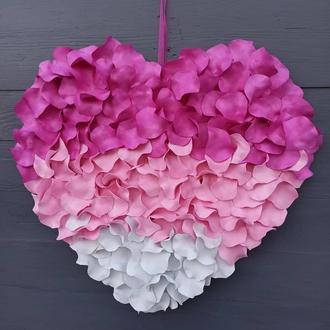 Декоративное розово-белое сердце из лепестков роз-декор ко дню святого Валентина