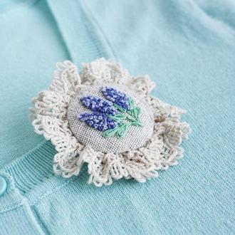 Брошь бохо с кружевом Текстильная брошка лаванда