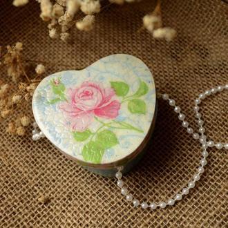 Скринька у формі серця з трояндою.