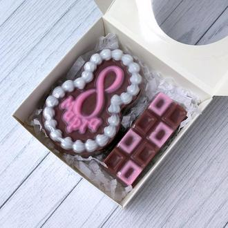 Сувенирное мыло: набор на 8 марта: восьмерка в виде пирожного и шоколадка