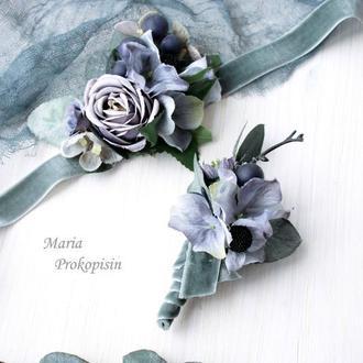 Набор свадебных украшений: бархатная бутоньерка и браслет в сером цвете.