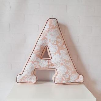 Мягкие буквы-подушки, буквы с засечками в пудровых цветах