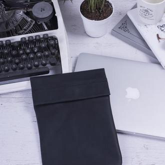Кожаный чехол для iPad на хлястике черный