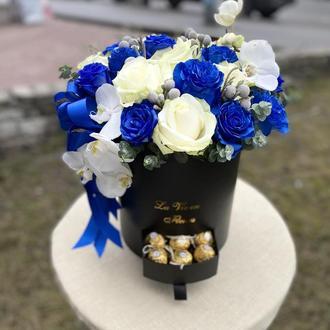 Шляпна коробка із синіми розами