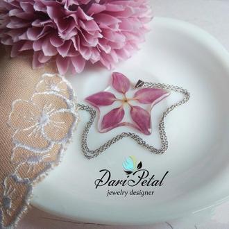Розовый кулон  в форме звезды с настоящим цветочком