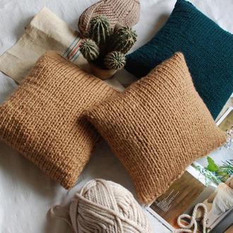 Декоративная подушка крупной вязки
