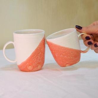 Пара бело-коралловых чашек