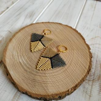 Треугольные бисерные серьги. Минималистичные сережки на каждый день. Трикутні бісерні сережки.
