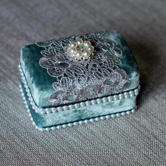 Бархатная коробка для колец с серебряным кружевом