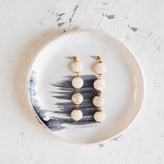 Длинные белые сережки с говлитом в стиле бохо
