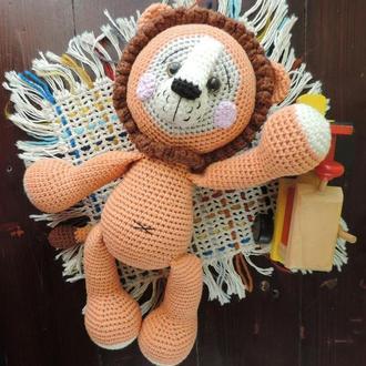 Лев вязаная игрушка с погремушкой