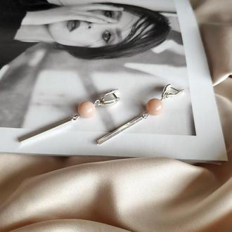 Серебряные длинные серьги с пудровым лунным камнем