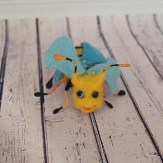 Валяная желтая муха из шерсти