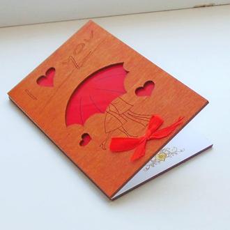 Открытка с деревянной обложкой Двое под зонтом