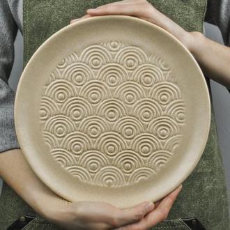 Керамическая тарелка с фактурной резьбой