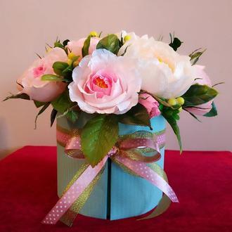 Розы и пионы в шляпной коробке. Конфетный букет.