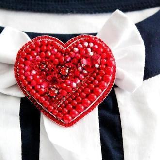 """Брошь """"Сердце"""" из бусин, бисера и пайеток. Сувенир на День Валентина. Подарок ко дню влюбленных."""