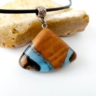 Оригинальный подарок -  голубой кулон из древесины дуба и ювелирной смолы